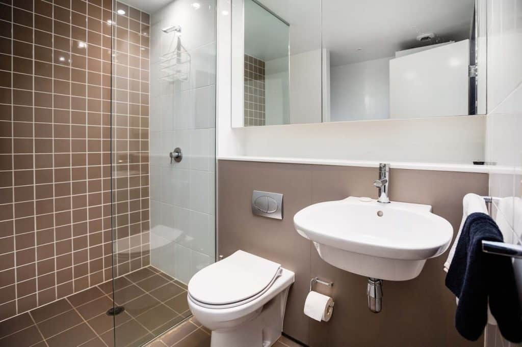 Honeysuckle Executive Suites - https://www.newcastleapartments.com.au/wp-content/uploads/2019/01/AW103-Bathroom-1-1024x682.jpg