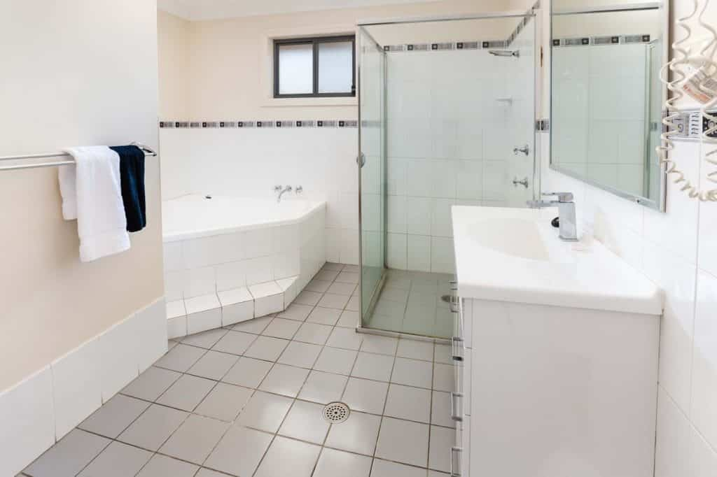 Bluegum Apartments - https://www.newcastleapartments.com.au/wp-content/uploads/2019/01/Room-4303-Bathroom-1024x682.jpg
