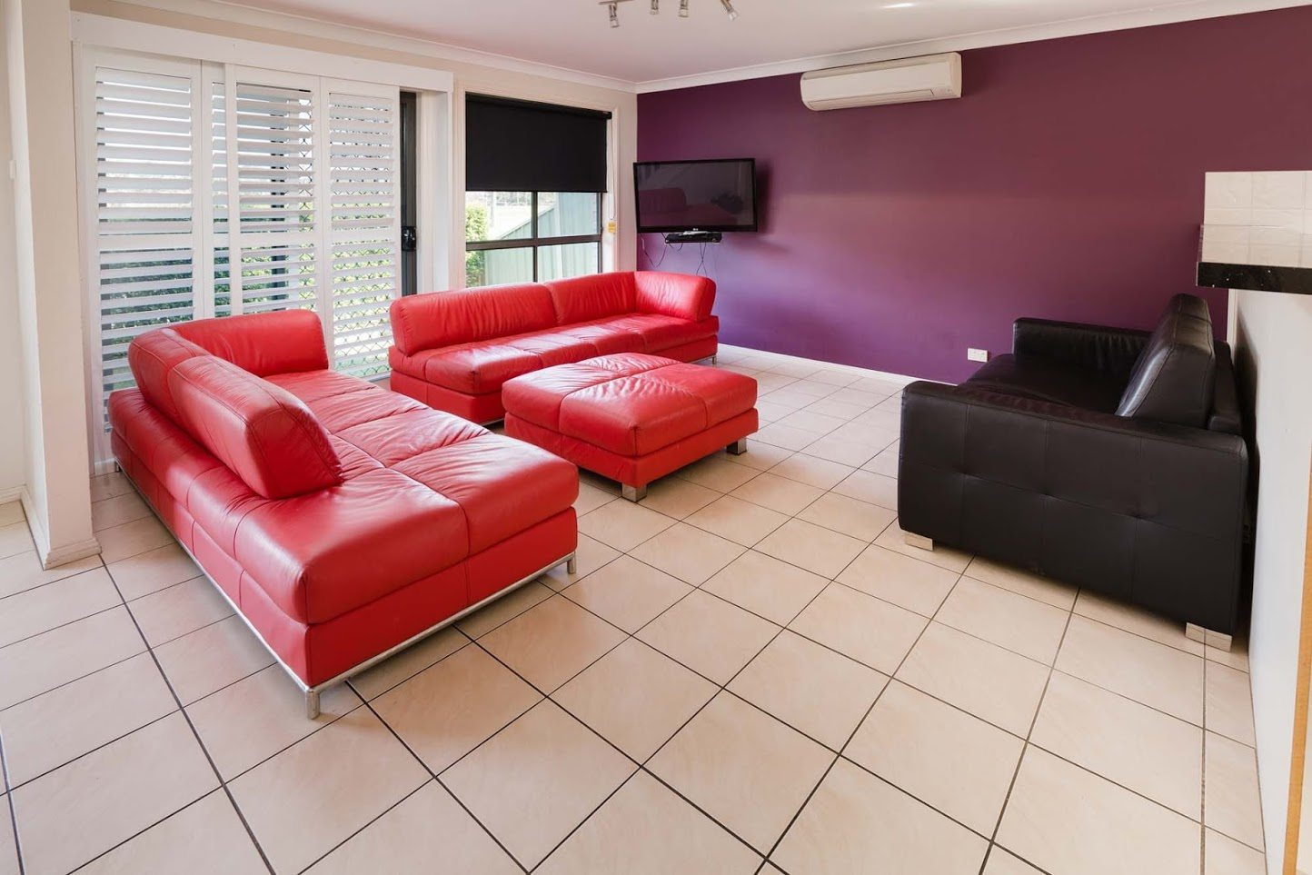 Bluegum Apartments - https://www.newcastleapartments.com.au/wp-content/uploads/2019/01/Room-4303-Loungeroom.jpg