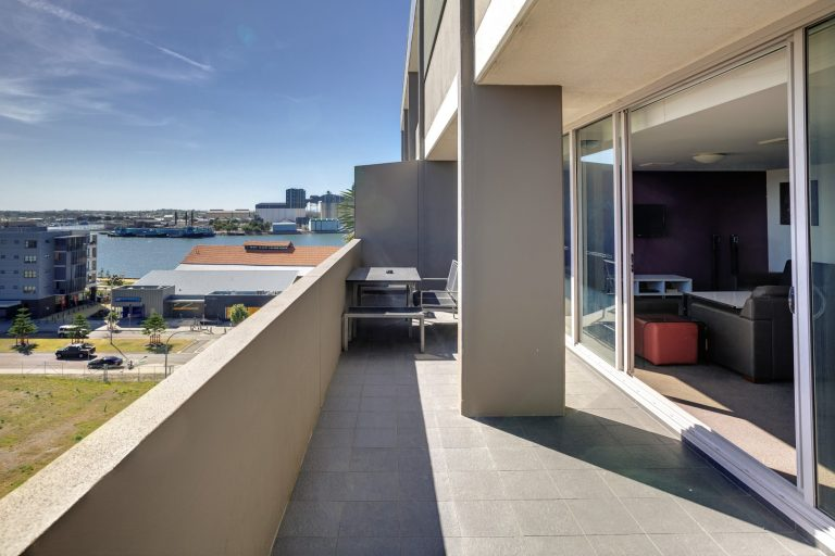 Honeysuckle Executive Apartments - https://www.newcastleapartments.com.au/wp-content/uploads/2019/01/Two-Bedroom-Premium-Apartment-Honeysuckle-768x512-1.jpg